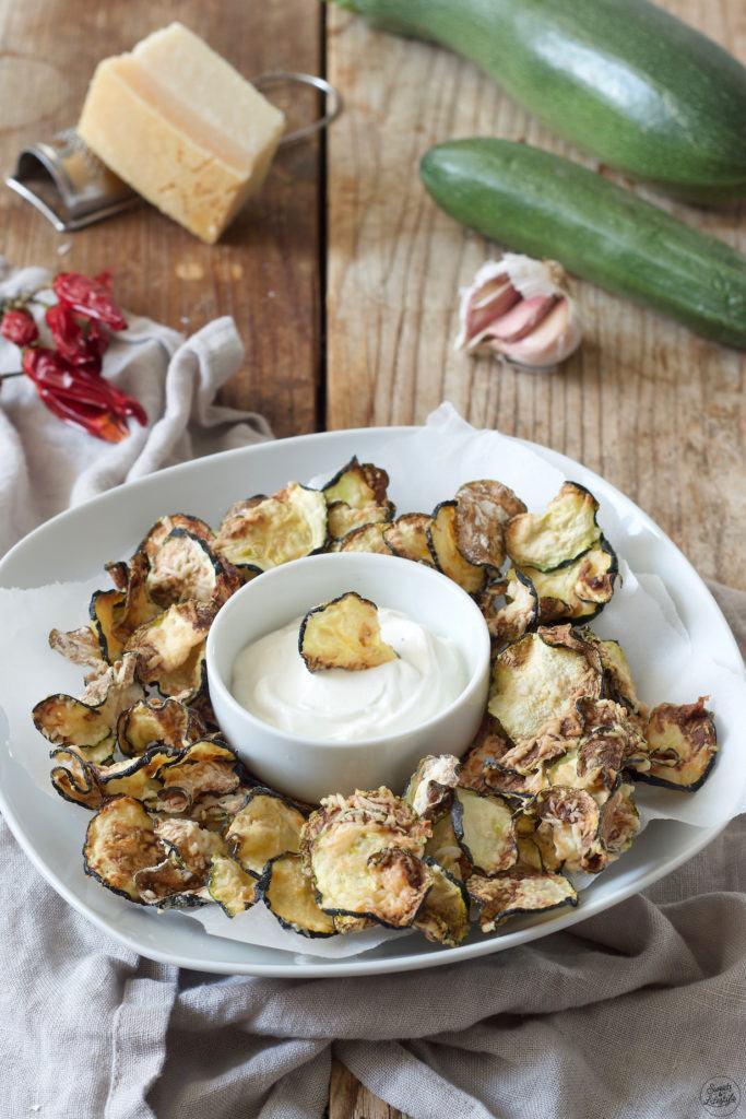 Zucchini Chips mit Knoblauchdip serviert von Sweets & Lifestyle®