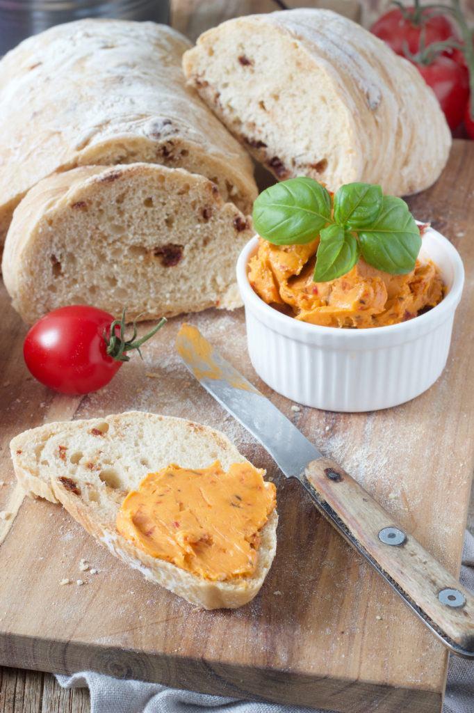 selbst gemachtes Ciabatta Brot mit getrockneten Tomaten und Basilikum nach einem Rezept von Sweets & Lifestyle®