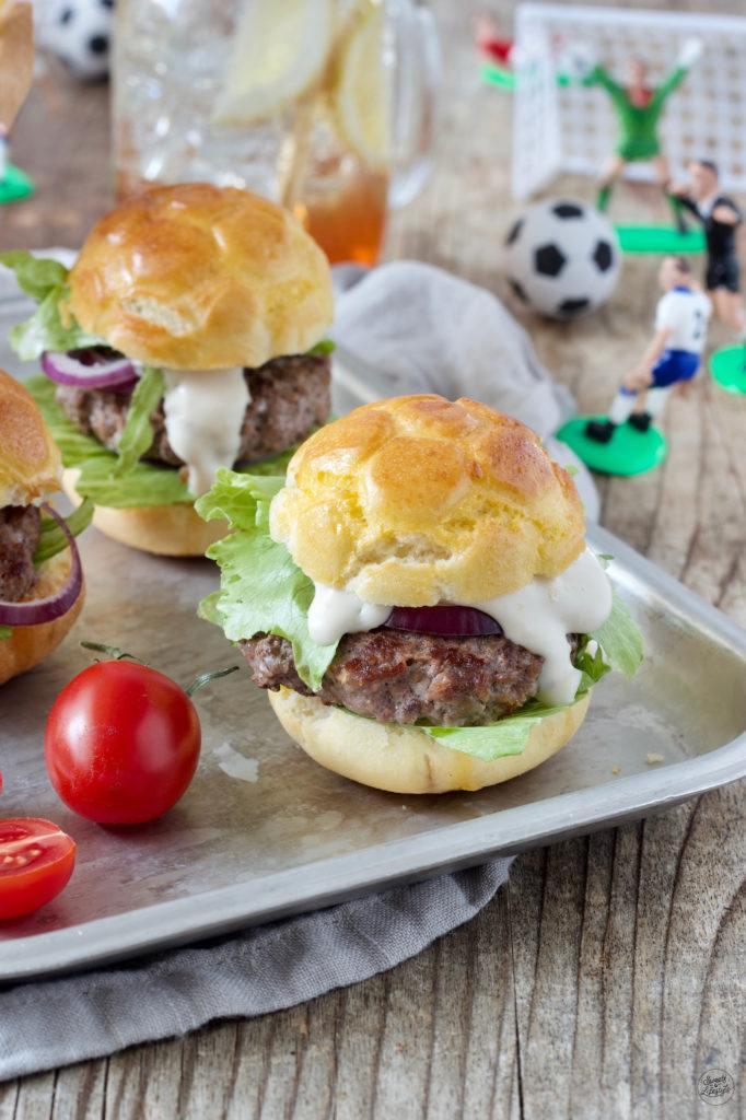 Burger in Fußballform nach einem Rezept von Sweets & Lifestyle®