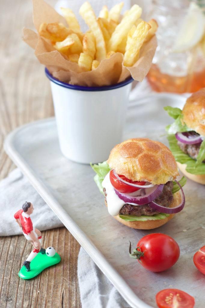Burger in Fußballform als Snack zum Fußball Schauen von Sweets & Lifestyle®