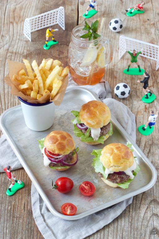Fußballburger mit selbst gemachten Fußball Burger Buns für den Kindergeburtstag nach einem Rezept von Sweets & Lifestyle®