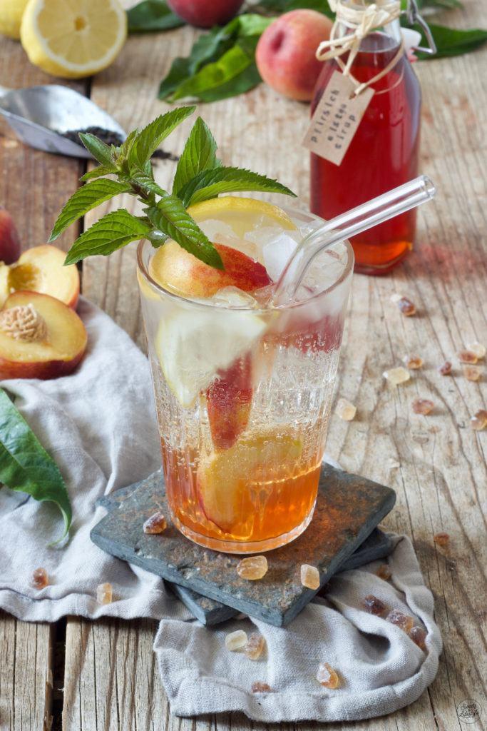 Umweltfreundlicher Glasstrohhalm im Pfirsicheistee von Sweets & Lifestyle®