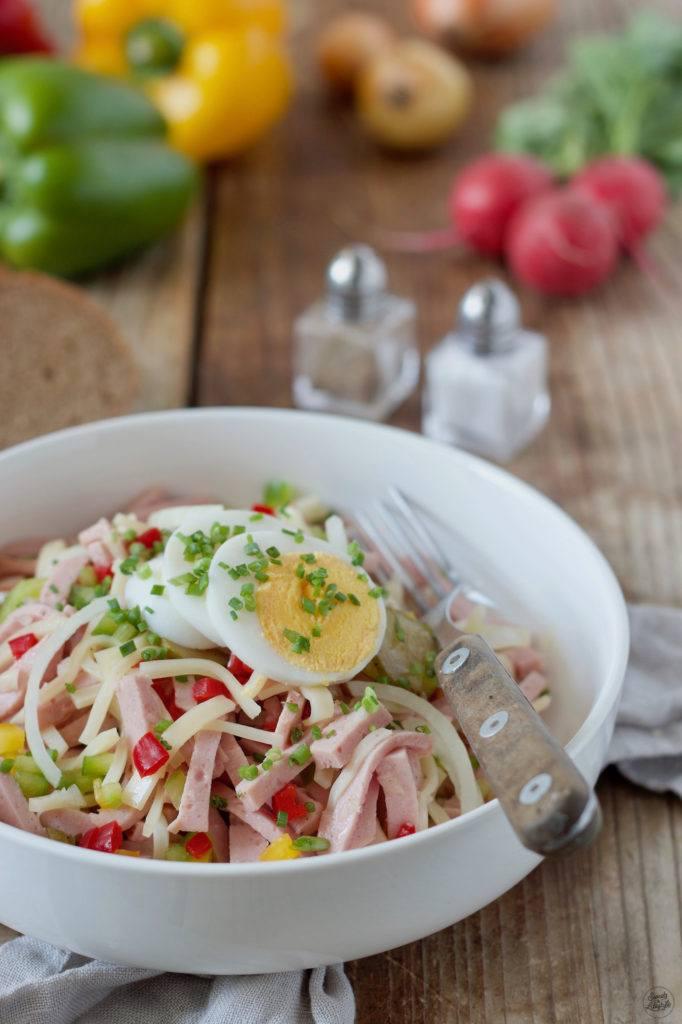 Rezept für einen Wurstsalat mit Käse und Paprika von Sweets & Lifestyle®