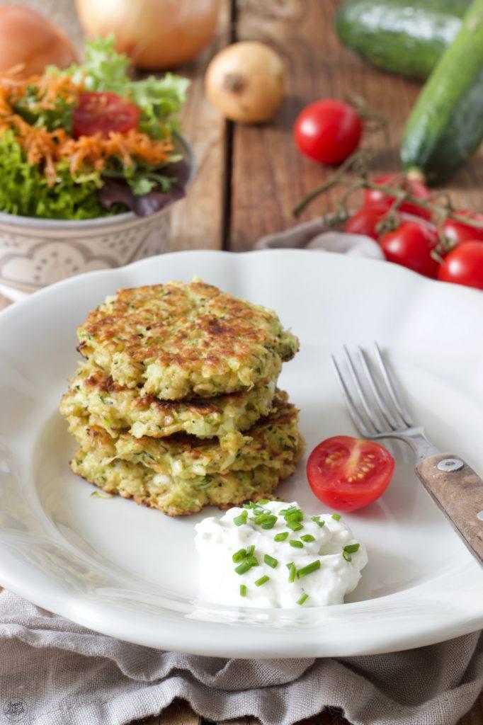Schnelle Zucchinipuffer mit Feta und Haferflocken nach einem Rezept von Sweets & Lifestyle®