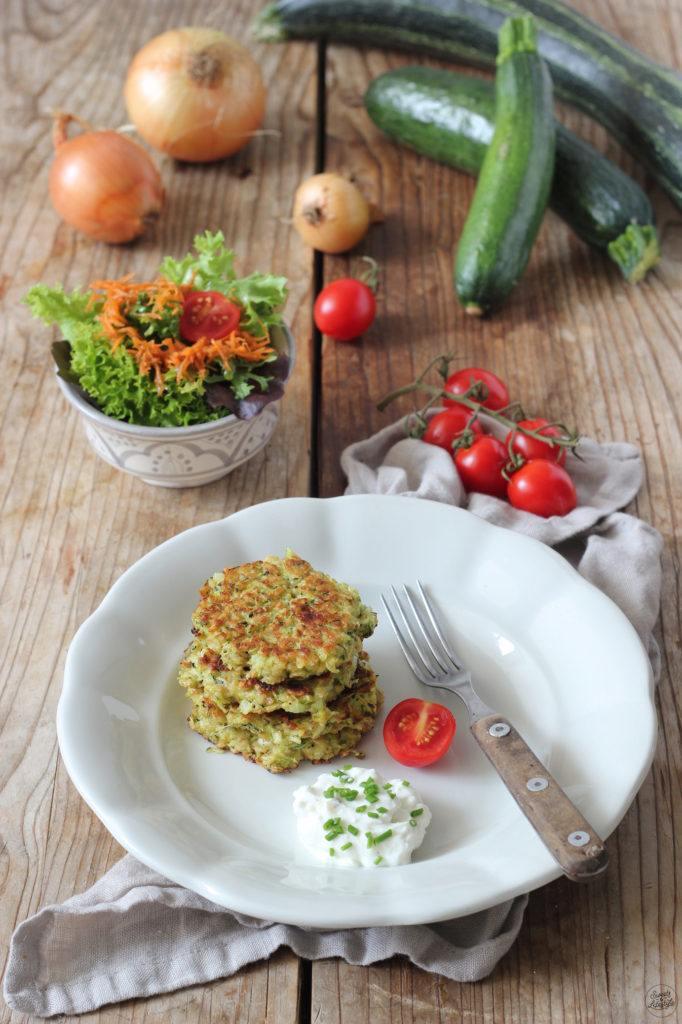 Schnelle Zucchini Laibchen mit Feta und Haferflocken nach einem Rezept von Sweets & Lifestyle®