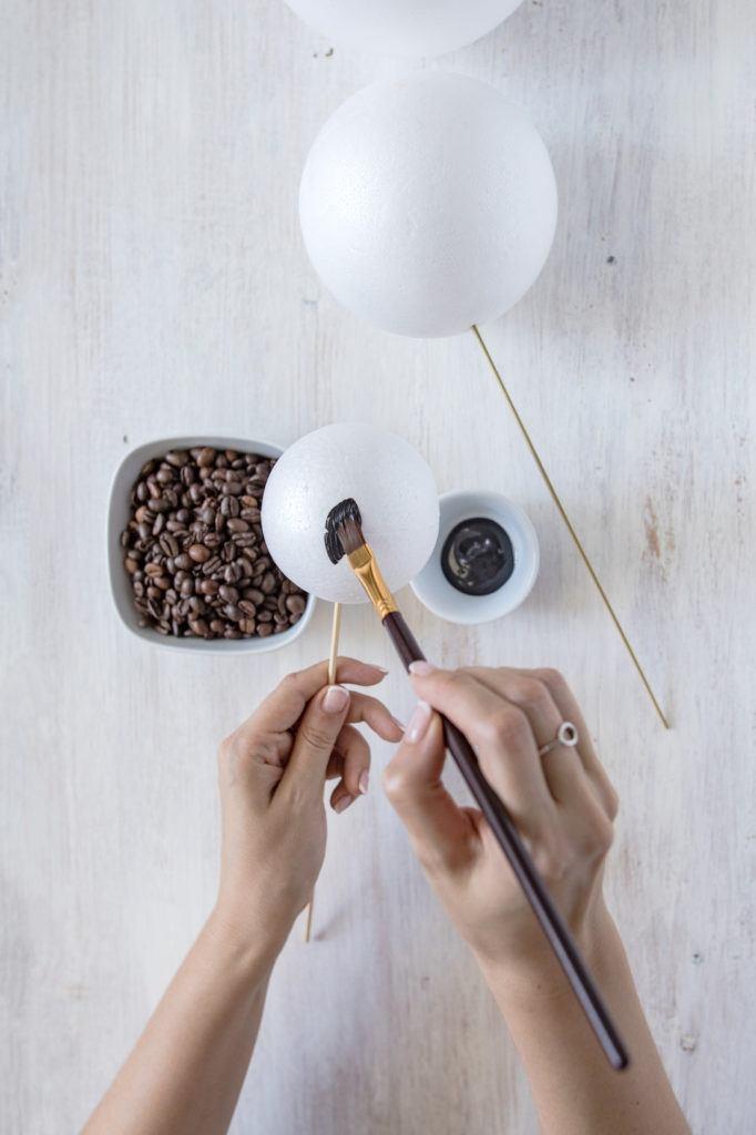 Anmalen der Styroporkugeln mit Acyrlfarbe als Vorbereitung für die Dekokugeln aus Kaffeebohnen