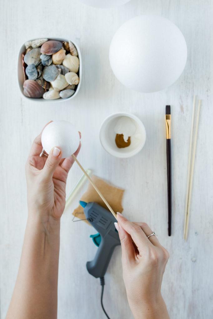Aufstecken der Styroporkugeln für die Dekobälle mit Muscheln von Sweets & Lifestyle®