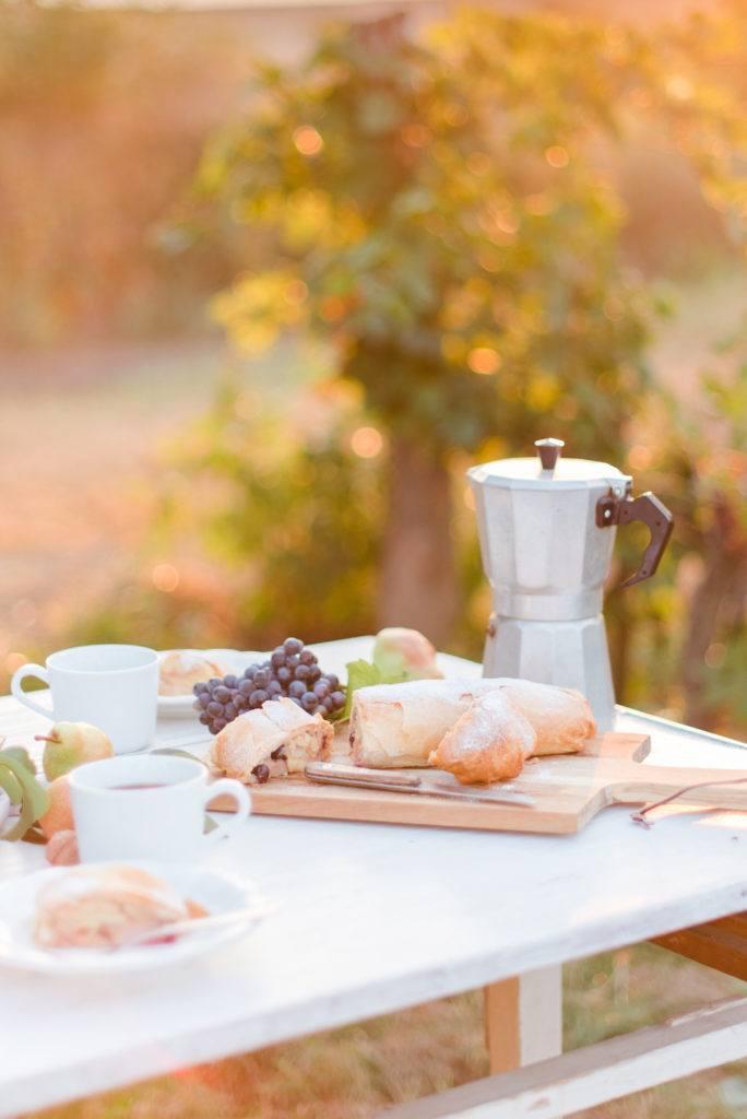 hausgemachter Birnenstrudel mit Weintrauben serviert im Weingarten von Sweets & Lifestyle®