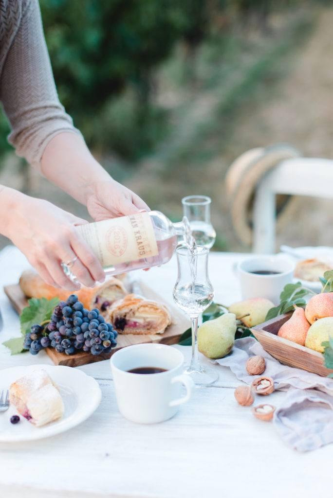 Edelbrand der Brennerei Roman Kraus serviert zum Birnenstrudel mit Weintrauben von Sweets & Lifestyle®