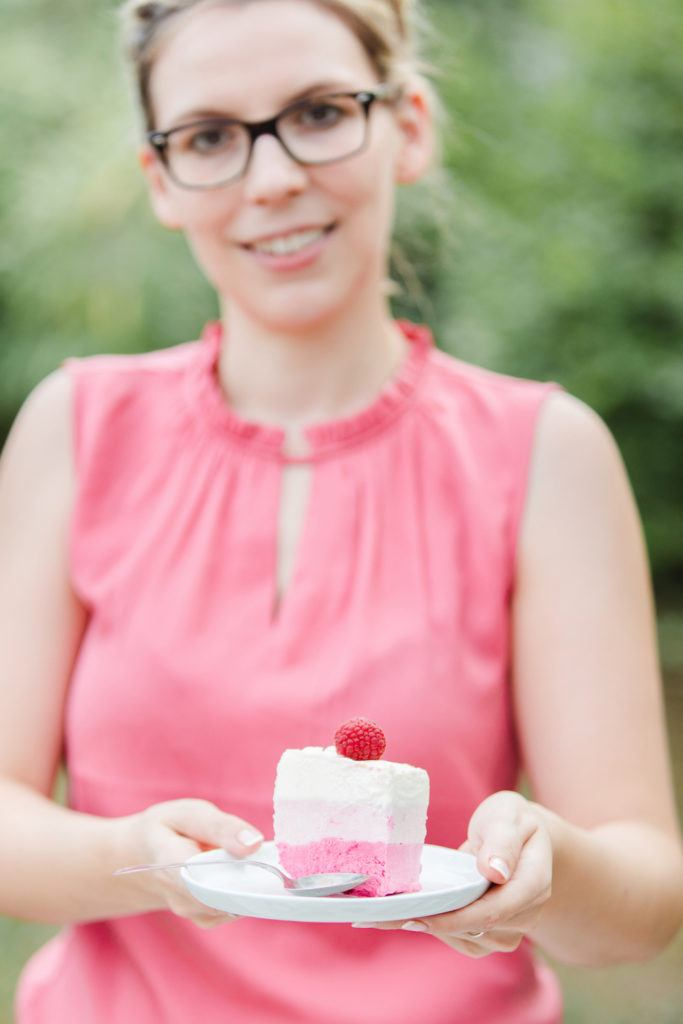 Ein Stück von der leckeren Himbeer-Eistorte von Sweets & Lifestyle®