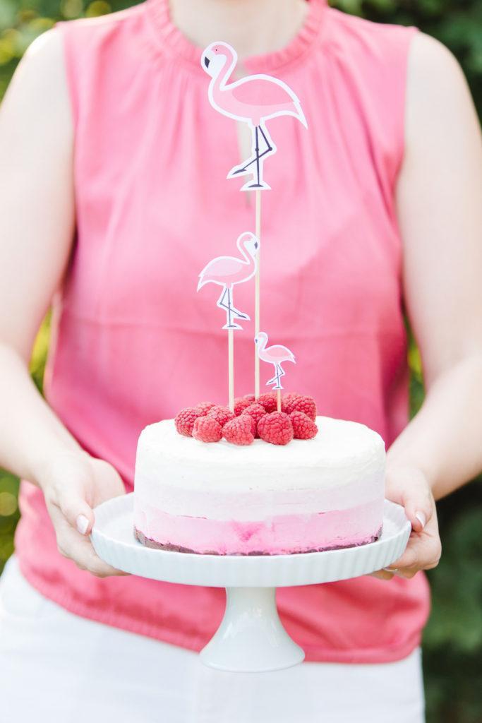 Himbeer-Eistorte mit Flamingo Cake Topper aus dem Sommerparty Deko-Set von Sweets & Lifestyle®