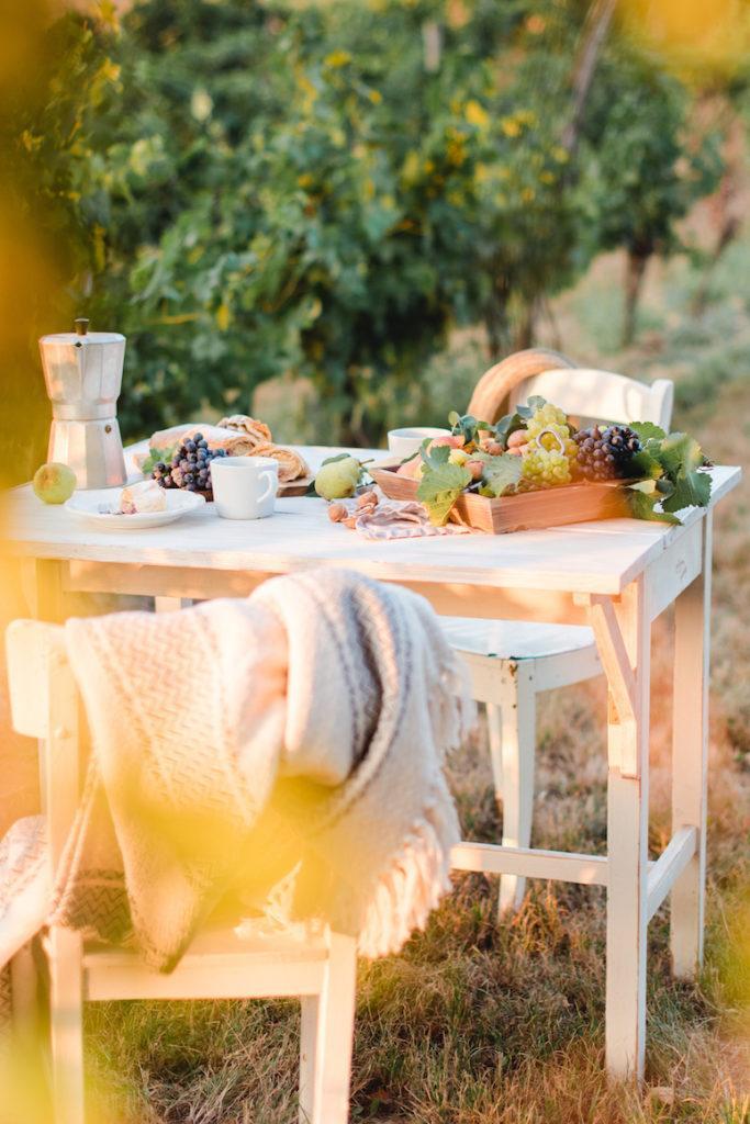 Kaffeetafel angerichtet im Weingarten von Sweets & Lifestyle®