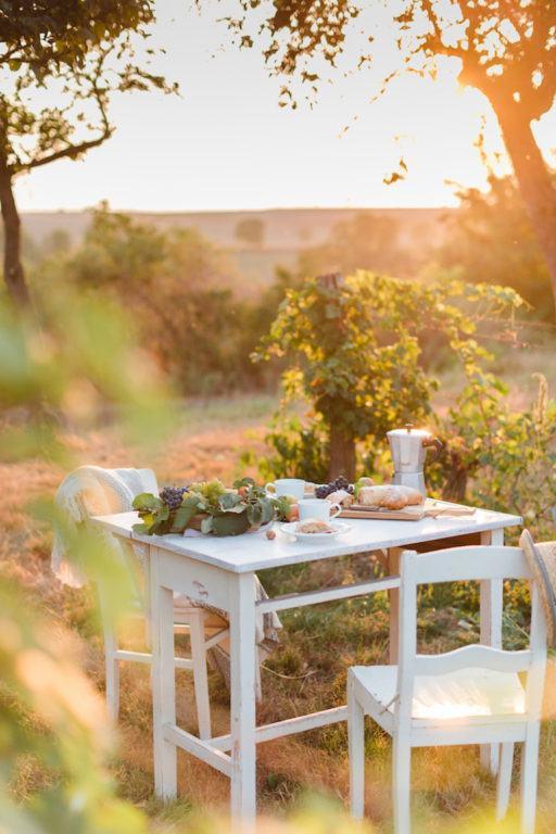 Kaffeetafel angerichtet im Weingarten mit einem Birnenstrudel von Sweets & Lifestyle®