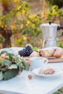 Kaffeetafel mit selbst gemachtem Birnenstrudel mit Weintrauben von Sweets & Lifestyle®