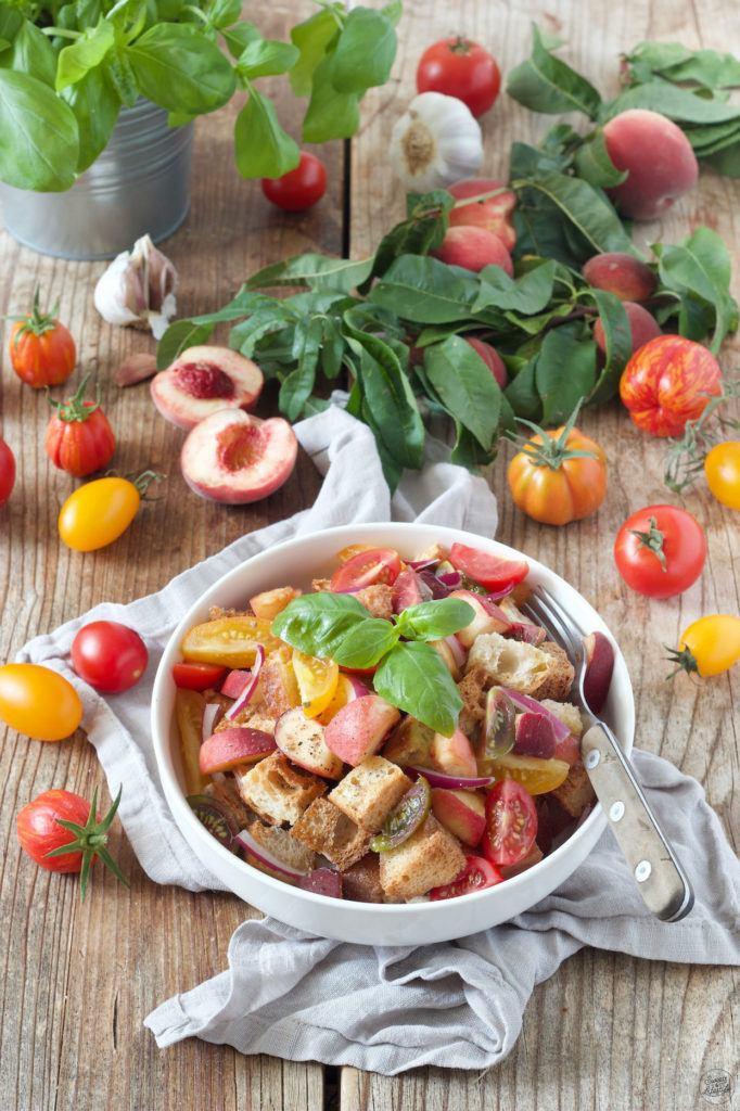 Sommerlicher Panzanella Salat mit Pfirsichen nach einem Rezept von Sweets & Lifestyle®