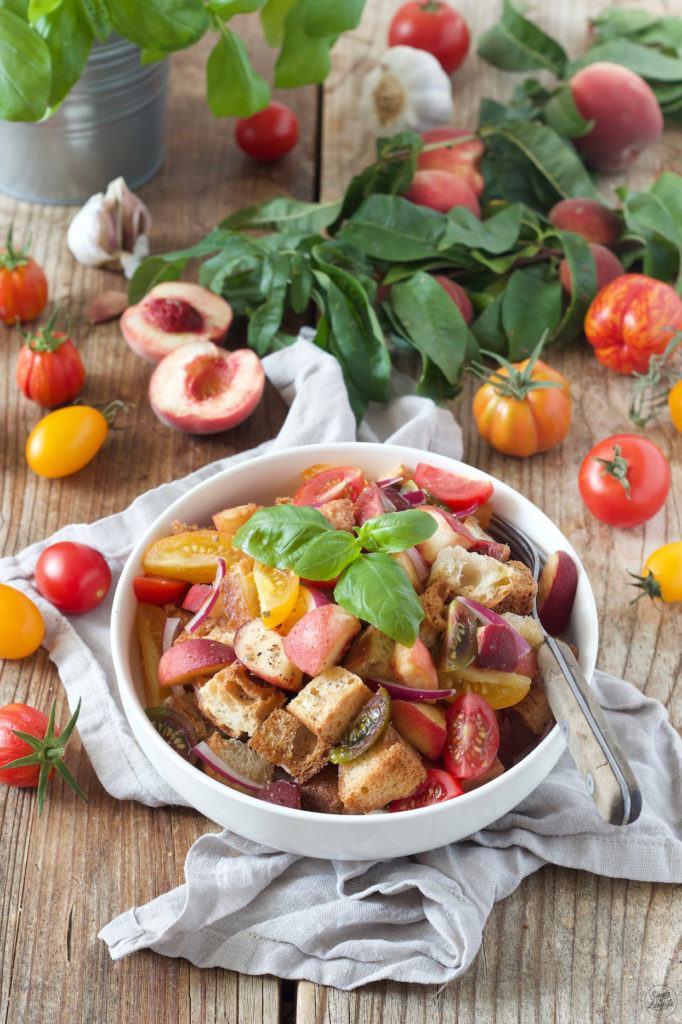 Panzanella Salat mit Tomaten und Pfirsichen nach einem Rezept von Sweets & Lifestyle®