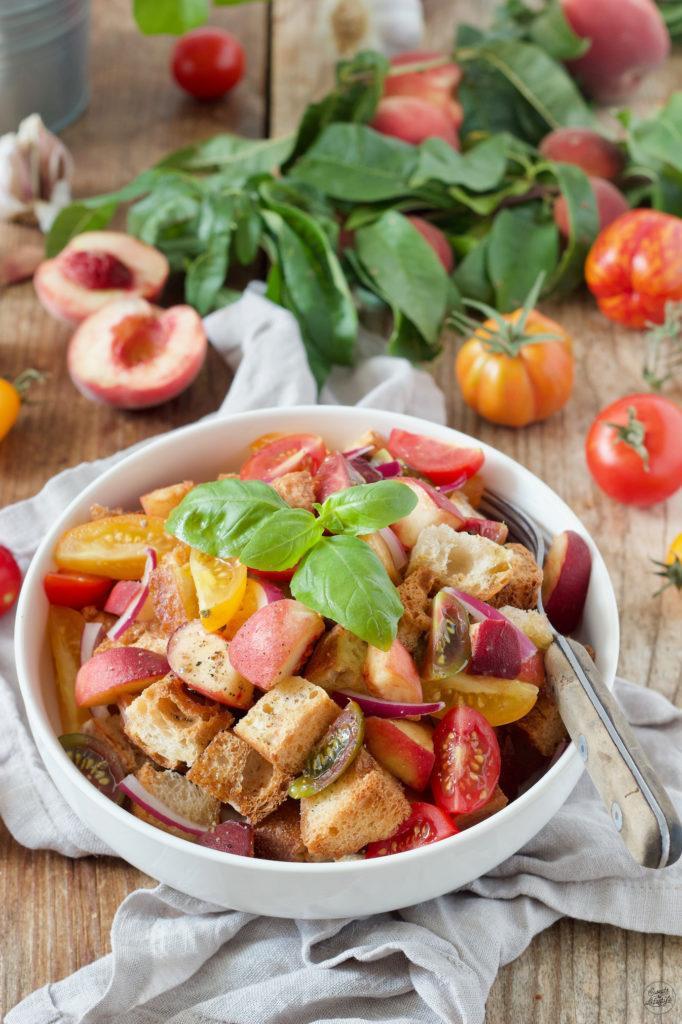 Panzanella mit Pfirsichen nach einem Rezept von Sweets & Lifestyle®
