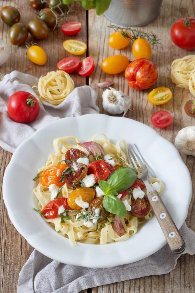 Pasta mit karamellisierten Tomaten aus dem Ofen, Burrata und Basilikum nach einem Rezept von Sweets & Lifestyle®