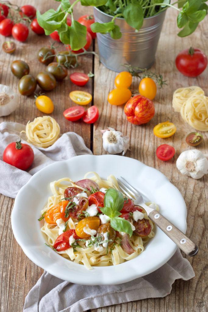 Pasta mit karamellisierten Tomaten und Burrata serviert von Sweets & Lifestyle®