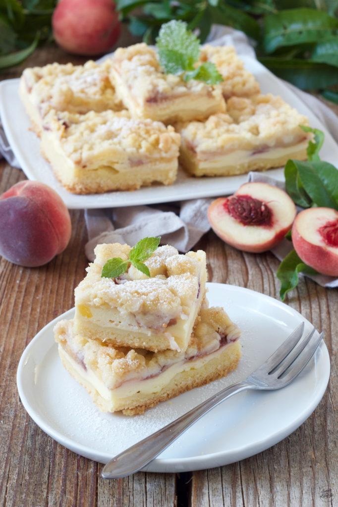 Pfirsichkuchen aus Rührteig mit Streusel serviert von Sweets & Lifestyle®
