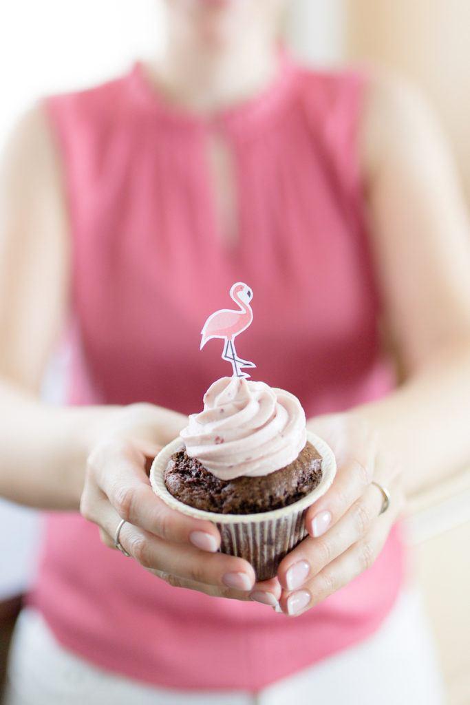 Leckere Schoko-Himbeer-Cupcakes mit selbst gebastelten Cupcake Toppern von Sweets & Lifestyle®