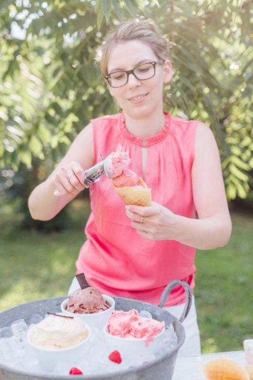 Verena von Sweets & Lifestyle® gibt selbst gemachtes Himbeer-Joghurt-Eis in hausgemachte Eistüte