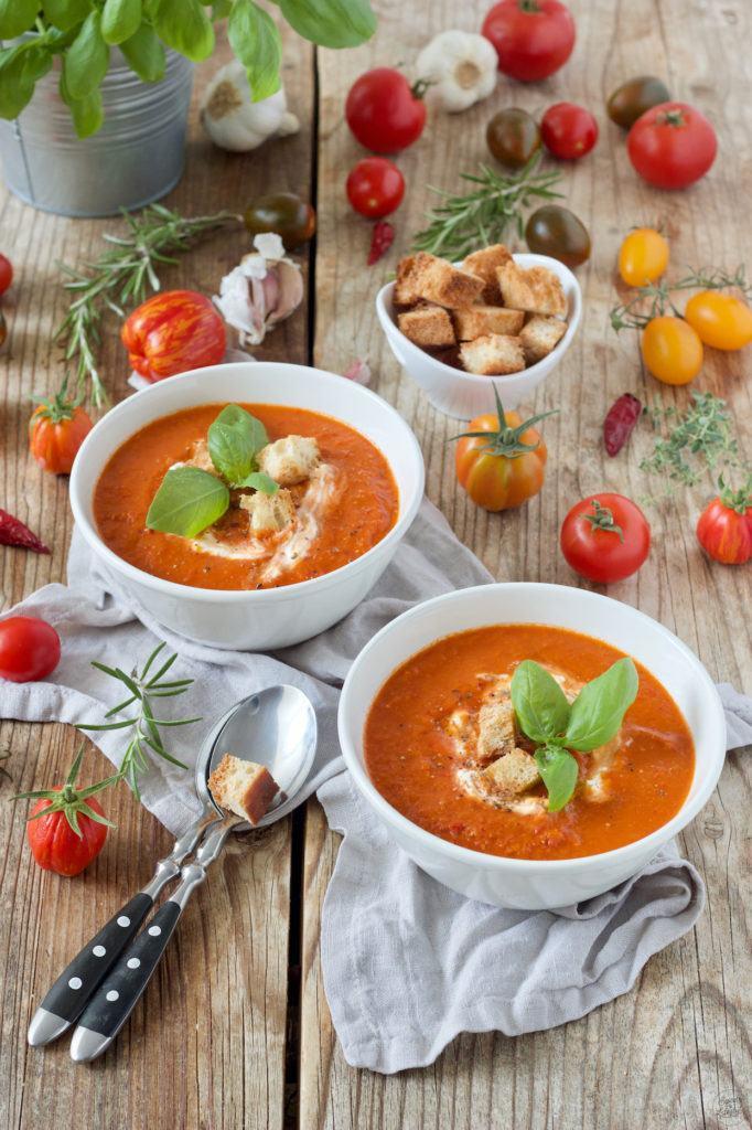 Sommerliche Tomatensuppe mit frischen Tomaten aus dem Garten nach einem Rezept von Sweets & Lifestyle®