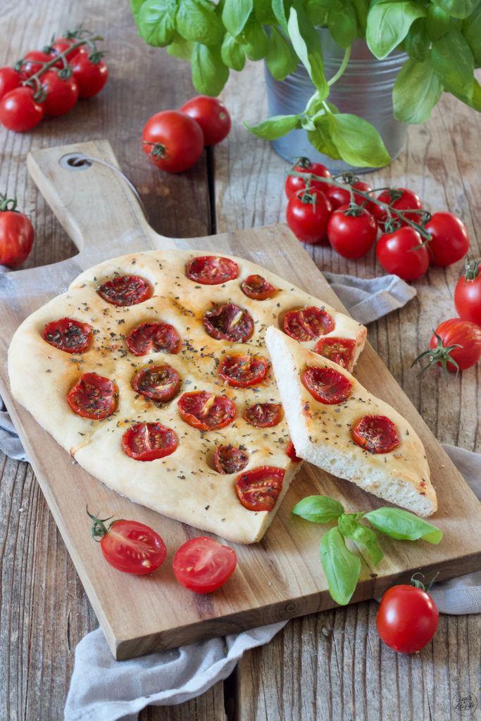 Tomaten Focaccia mit Basilikum nach einem einfachen Rezept von Sweets & Lifestyle®