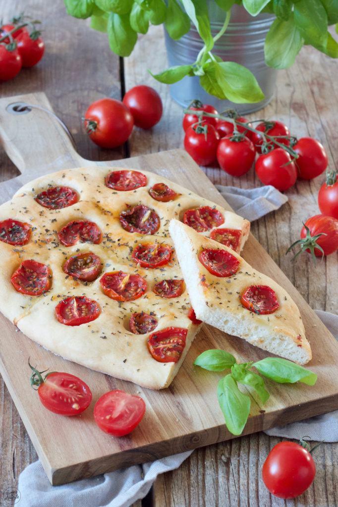 Tomaten Focaccia mit Basilikum nach einem Rezept von Sweets & Lifestyle®