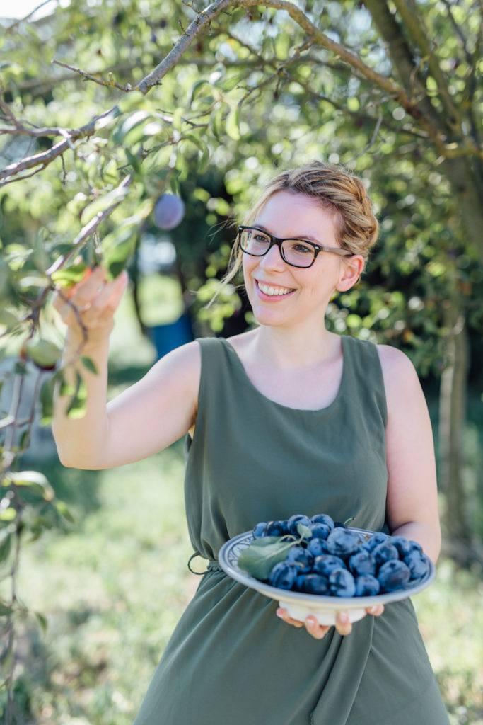 Verena Pelikan von Sweets & Lifestyle® beim Zwetschken pflücken