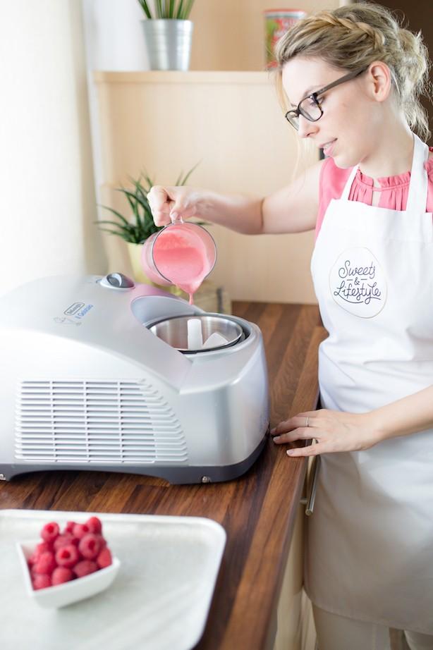 Verena von Sweets & Lifestyle® beim Himbeer-Joghurt-Eis machen