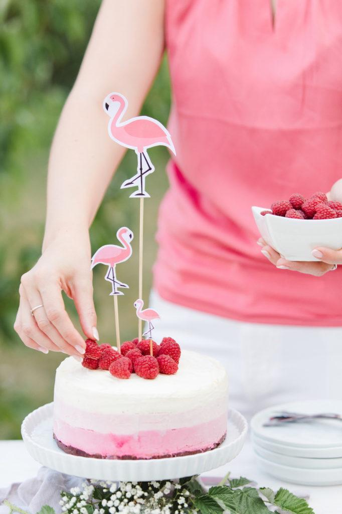 Verena von Sweets & Lifestyle® beim Verzieren ihrer Himbeer-Eistorte