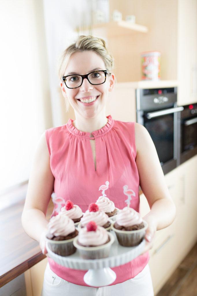 Verena von Sweets & Lifestyle® mit ihren Himbeer Cupcakes mit ihren DIY Flamingo Cupcake Topper