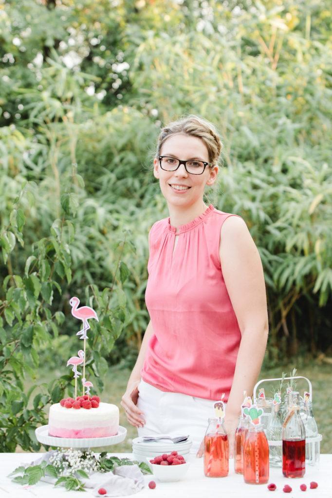 Verena von Sweets & Lifestyle® mit ihrer selbst gemachten Himbeer-Eistorte