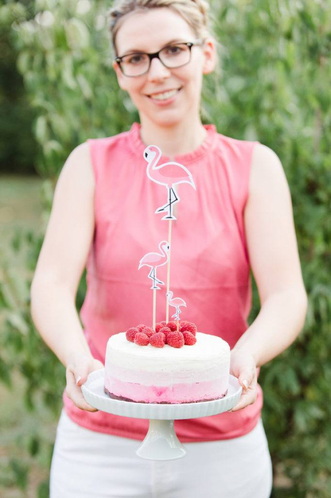 Verena von Sweets & Lifestyle® serviert ihre Himbeer-Eistorte