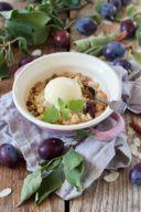 Leckerer Zwetschken Crumble mit Vanilleeis nach einem Rezept von Sweets & Lifestyle®