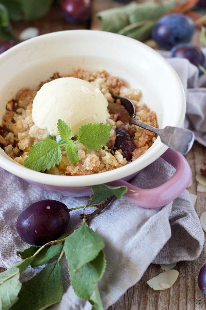 Knuspriger Zwetschken Crumble mit Mandeln serviert von Sweets & Lifestyle®