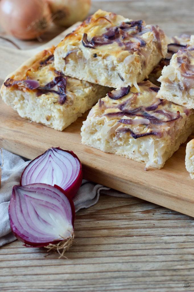Vegetarischer Zwiebelkuchen aus Germteig vom Blech von Sweets & Lifestyle®