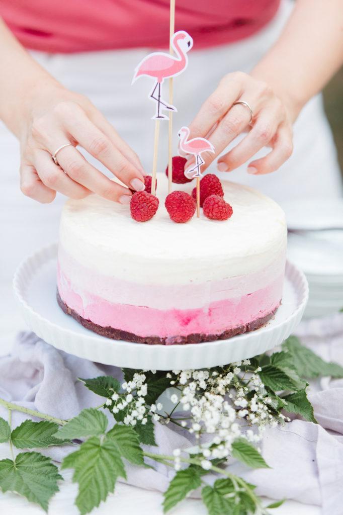 frische Himbeeren als Deko auf der Himbeer-Eistorte von Sweets & Lifestyle®