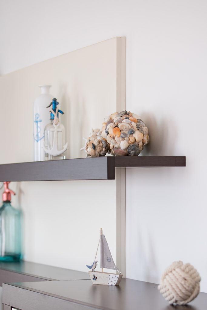 selbst gemachte Dekokugeln aus Muscheln im Wohnzimmer von Sweets & Lifestyle®