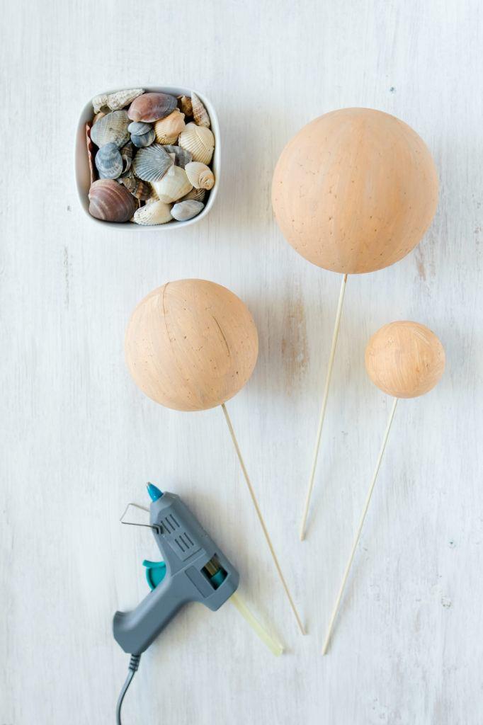 vorbereitete angemalte Styroporkugeln für die Dekokugeln mit Muscheln von Sweets & Lifestyle®