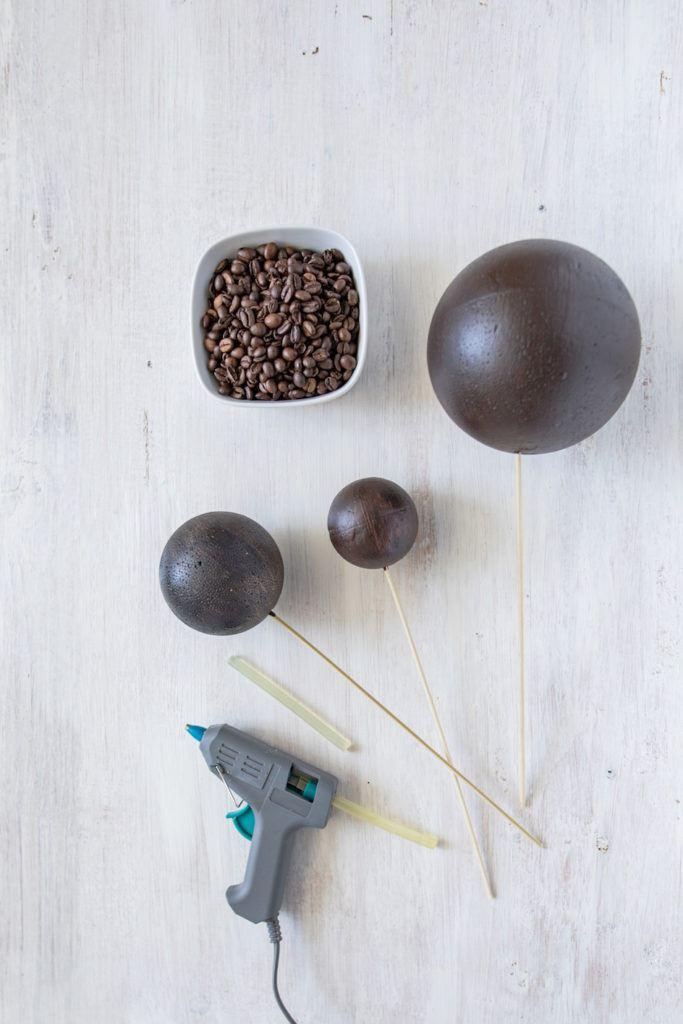 vorbereitete angemalte Styroporkugeln für die Dekokugeln mit Kaffeebohnen von Sweets & Lifestyle®