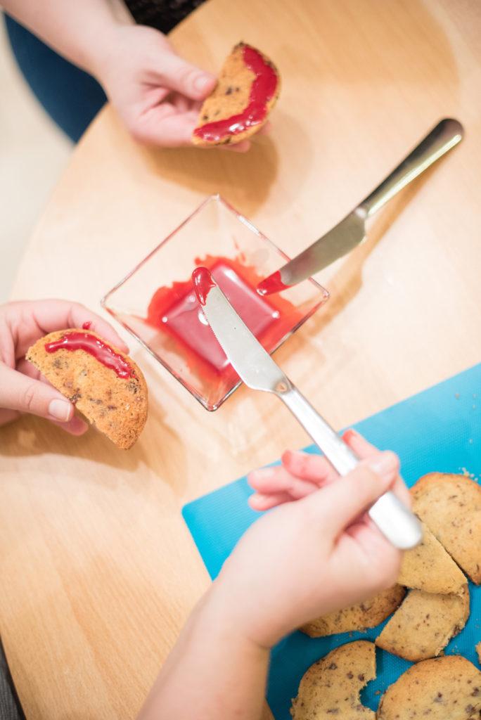Auftragen von rotem Zuckerguss auf die Gebiss Cookies beim Halloween Back-Workshop für Kinder von Sweets & Lifestyle®