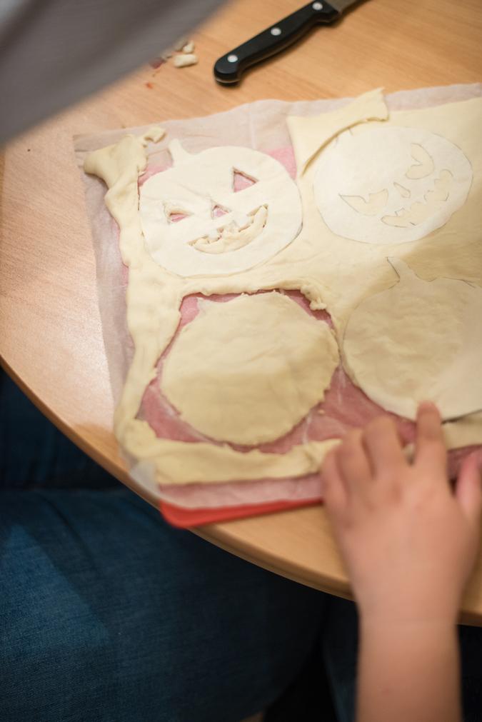 Ausschneiden von Teig für die pikanten Halloween Hand Pies beim Halloween Back-Workshop für Kinder von Sweets & Lifestyle®