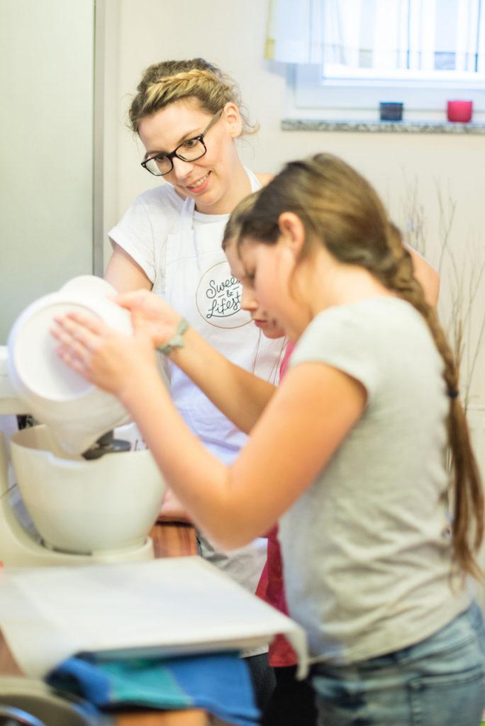 Brownieteigherstellung beim Halloween Back-Workshop für Kinder von Sweets & Lifestyle®