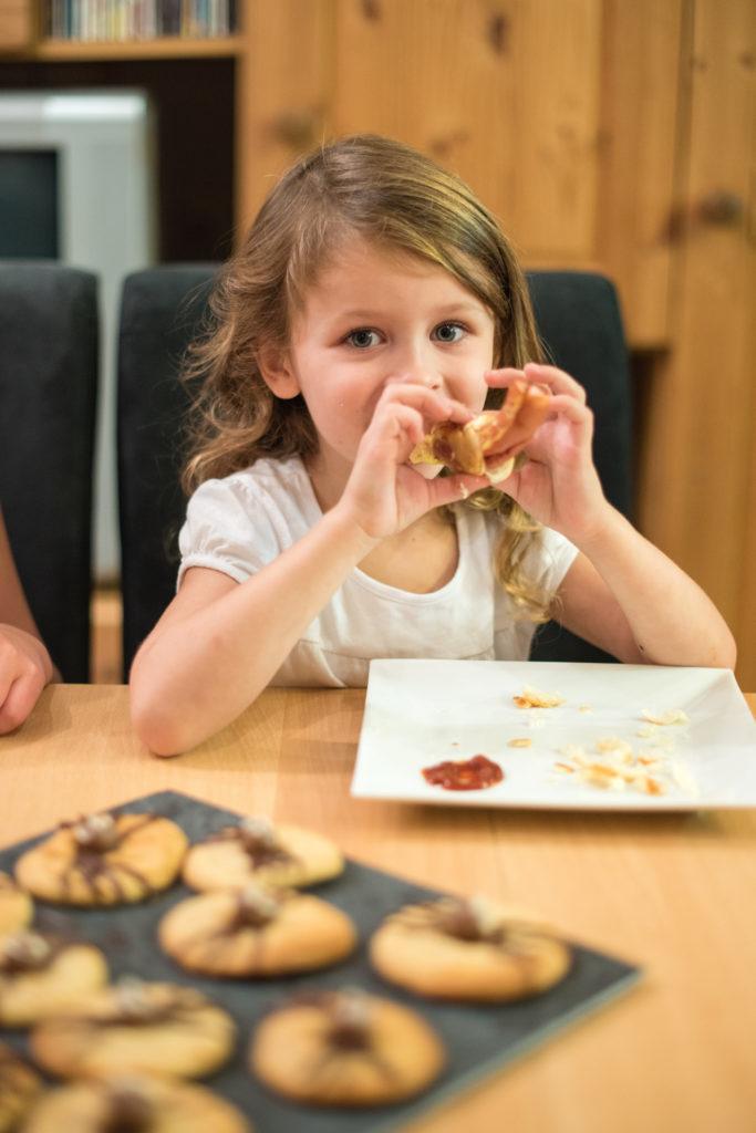 Die Wurst Mumien kommen als Halloween Fingerfood beim Halloween-Backworkshop für Kinder von Sweets & Lifestyle® gut an