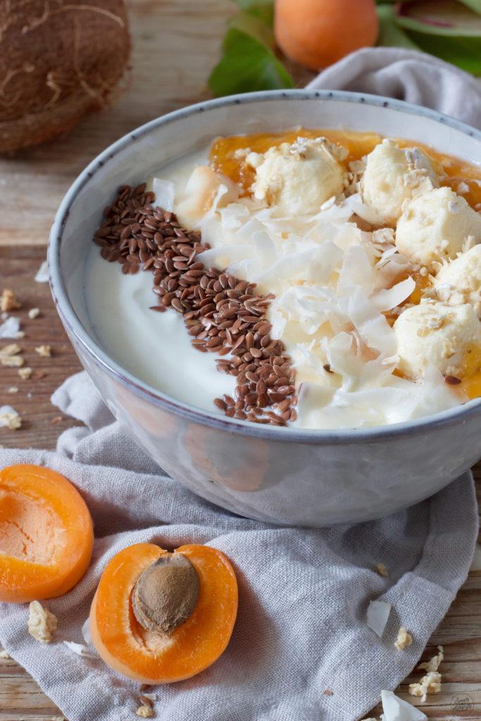 Frühstücksbowl mit Haferflocken, Joghurt und Powerbällchen mit Marillen von Sweets & Lifestyle®