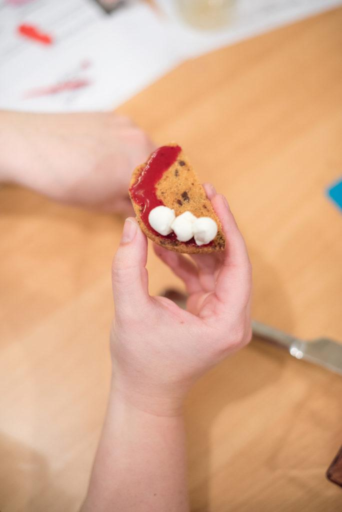 Herstellung von Gebiss Cookies im Halloween Back-Workshop für Kinder von Sweets & Lifestyle®
