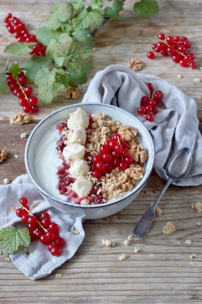 Joghurt Frühstücksbowl mit Haferflocken und Ribisel von Sweets & Lifestyle®
