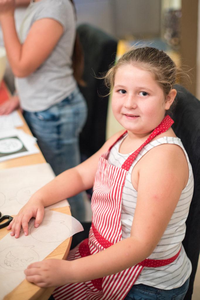Junges Mädchen als Teilnehmerin beim Halloween Back-Workshop für Kinder von Sweets & Lifestyle®